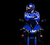 Motociclista in casco su sfondo nero — Foto Stock