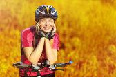 Donna bella ciclista su sfondo campo giallo tramonto — Foto Stock