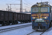 Electric locomotive arrives at the station on a winter morning — Stock Photo