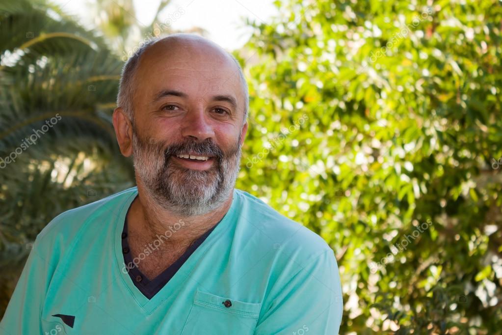 一个微笑的中年男子的画像