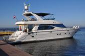 Yacht an der anlegestelle im hafen — Stockfoto