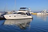 Yacht dans le port d'odessa — Photo