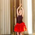 ballerina in piedi pointe vicino ad una finestra su — Foto Stock #13195612
