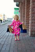 ショッピング通りを 3 歳の女の子 — ストック写真