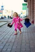 Chica alegre 3 años con las compras — Foto de Stock