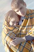 Junge schöne Paar umarmen im winter — Stockfoto