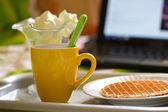 Yuvarlak gofret ve çay, kahvaltı laptop — Stok fotoğraf