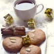 Christmas cookies an cup of tea — ストック写真