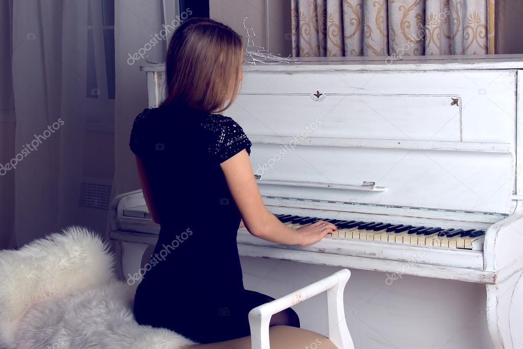 Пианистка виртуозно играет на рояле но наслаждаться