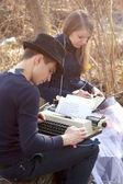 键入在打字机上的年轻人 — 图库照片