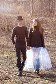 Joven pareja caminando — Foto de Stock