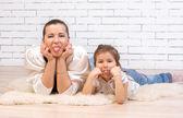 Mor och 5 år gamla dotter tungan ligga — Stockfoto