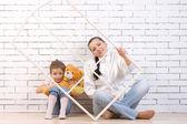 Madre e hija de 5 años, sosteniendo un juguete — Foto de Stock