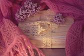 Oude brieven met lila op zachte sjaal — Stockfoto