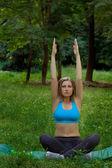 Donna è impegnata in esercizi di mattina — Foto Stock