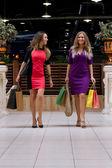 Krásné dívky s nákupní tašky — Stock fotografie