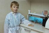Niño juega en un dentista — Foto de Stock