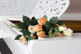 Rose on a piano keyboard — Stock Photo
