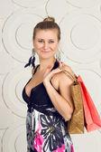 Glad kvinna anläggning påsar — Stockfoto