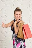 Gelukkige vrouw bedrijf shopping tassen — Stockfoto