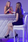 Ищу друзей, наслаждаясь коктейлями в ночном клубе — Стоковое фото
