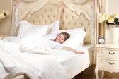 устал сонная женщина просыпается — Стоковое фото