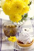Desayuno romántico. té, torta, crisantemo — Foto de Stock
