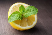Green mint leaves with lemon — Stock Photo