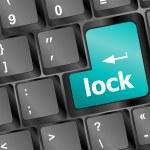 cerradura escrita en blanco sobre las claves del equipo azul — Foto de Stock