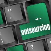 Chiave di outsourcing sulla tastiera del computer portatile — Foto Stock