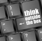 ノート パソコンのキーボード上のテキストをボックスの外側を考える — ストック写真