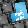 Foto Stock: Wording truth or lie on computer keyboard