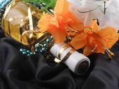 бутылка шампанского и цветы. праздничное мероприятие с игристое вино и цветы — Стоковое фото