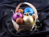 Noel oyuncak topları siyah malzeme zemin üzerine — Stok fotoğraf