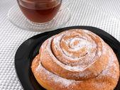 焼かれたケーキと紅茶のカップ — ストック写真