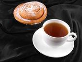 Filiżankę kawy lub herbaty z słodkie ciasto — Zdjęcie stockowe