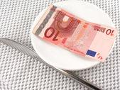 ナイフでプレートにユーロのお金 — ストック写真