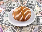 Cake on money dollars background — Stockfoto