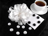 Hot cup of tea with gift bow ribbon and stones — Foto de Stock