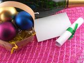 Novoroční blahopřání, šampaňské láhev a vánoční koule — Stock fotografie
