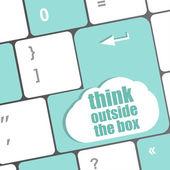 думать за пределами коробки слова, сообщение на ввод ключа клавиатуры — Стоковое фото