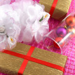 Golden gift box with white flowers and christmas balls in glass — Foto Stock