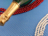 Wine and Pearls on blue background — Photo