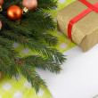 Christmas fir tree with golden gift box and empty paper — Photo