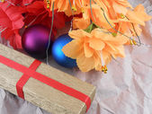 Flowers, christmas balls and golden gift box, christmas decorations — Foto Stock