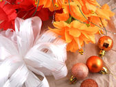Flowers, christmas balls and white invitation card, christmas decorations — Foto de Stock