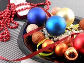 декоративные елочный шар и жемчуг на тарелку, праздник новый год — Стоковое фото