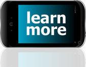 Inteligentny telefon z Dowiedz się więcej słowa, koncepcja biznesowa — Zdjęcie stockowe