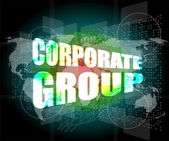 世界地図とデジタル画面上の企業グループの単語 — ストック写真