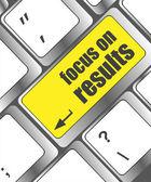 Moderní klávesnice zaměření na výsledky textu. návrh technologie — Stock fotografie